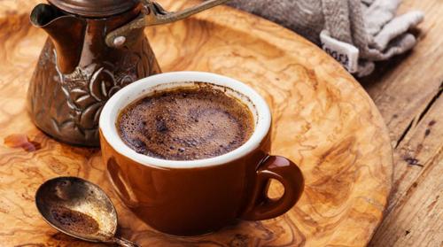 Kahve, Thổ Nhĩ Kỳ Cà phê ở Thổ Nhĩ Kỳ là thức uống có vị mạnh xông lên mũi, màu đen. Cốc uống có đế lọc để chặn bã. Ảnh: wordpress