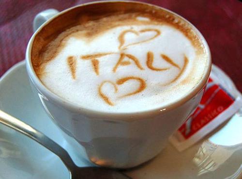 Espresso, Italy Đơn giản nhưng hoàn hảo là tính từ mô tả chính xác một tách Espresso nhỏ, đậm đặc cà phê tinh khiết của người Italy. Pha bằng tay hoặc rút ra từ máy pha cà phê, Espresso đều thật tuyệt, có thể thêm siro ưa thích, socola hoặc sữa. Ảnh: italymagazine