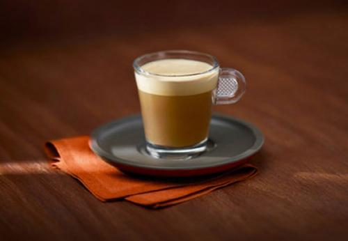 Cafe Cortado, Argentina Người ta thường nói Buenos Aires sẽ không thể hoạt động nếu thiếu cortado, một loại cà phê giống nous-nous của Ấn Độ. Cortado có một nửa là cà phê, một nửa là bọt sữa nóng, nhẹ xốp. Một tách cortado buổi sáng ở Buenos Aires thường ăn kèm với bánh sừng bò nhỏ. Ảnh: nespresso
