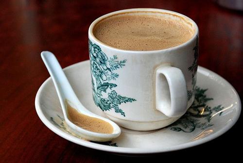 Cà phê trắng IPOH, Malaysia Có nguồn gốc từ thành phố Ipoh, cà phê ở đây được rang lên cùng dầu cọ, mang lại cảm giác mượt ngậy hơn khi uống và phảng phất mùi của than khói. Vào bất cứ kopitiam (quán cà phê cóc) ở Malaysia và bạn sẽ được thưởng thức loại cà phê đặc biệt này. Ảnh: pinteres