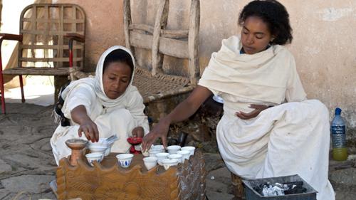 Cà phê nghi lễ, Ethiopia Để uống cà phê ở Ethiopia, nơi sinh ra nước giải khát, bạn phải sẵn sàng ngồi chờ một giờ đồng hồ nghi lễ gồm các khoản rang, xay, pha cà phê. Đến lúc thưởng thức cũng cần uống ba chén nhỏ: một cực mạnh, sau đó nhẹ hơn và nhẹ nhất ở cốc sử dụng bã cà phê lần cuối cùng. Hương vị cà phê hoàn hảo kết hợp việc được chiêm ngưỡng toàn bộ quy trình từ đầu để lại ấn tượng khó quên. Ảnh: traveller