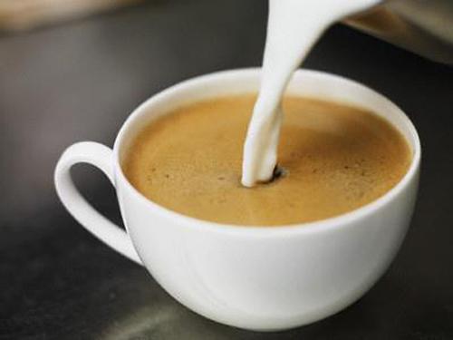 Cafe con leche, Colombia Là một trong những quốc gia trồng cà phê lớn nhất thế giới, Colombia cũng là nơi để thưởng thức thành quả lao động này hấp dẫn nhất. Cho dù bạn đang ở quán giải khát trên bờ biển Cartagena hoặc vùng cao nguyên Perreira, hãy gọi một cốc con leche. Con leche gồm sữa và cà phê, đậm đặc, có vị mạnh, kích thích vị giác. Người trồng cà phê địa phương thường uống sản phẩm của họ cùng nước mía. Ảnh: taringa